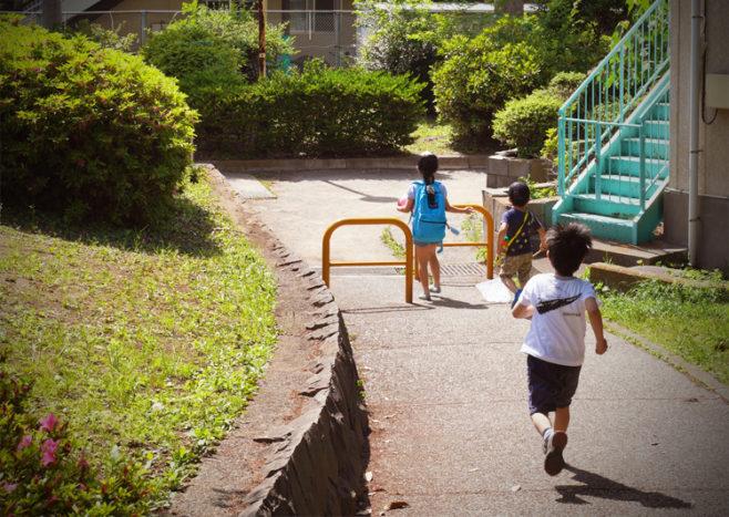 公園で蝶々を追いかける子供たち